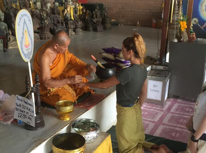Ксения Бородина получает благословение буддийского монаха