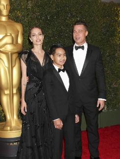 Анджелина Джоли, Брэд Питт и их сын Мэддокс на церемонии вручения почетного «Оскара»