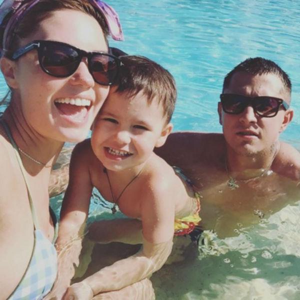 Агата Муцениеце с сыном и мужем