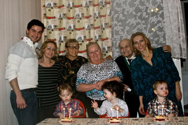 Воспитывать тройняшек Марии помогают родственники с обеих сторон