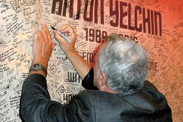 На открытии фотовыставки Антона в Лос-Анджелесе его друзья и коллеги оставляли теплые слова на стене памяти