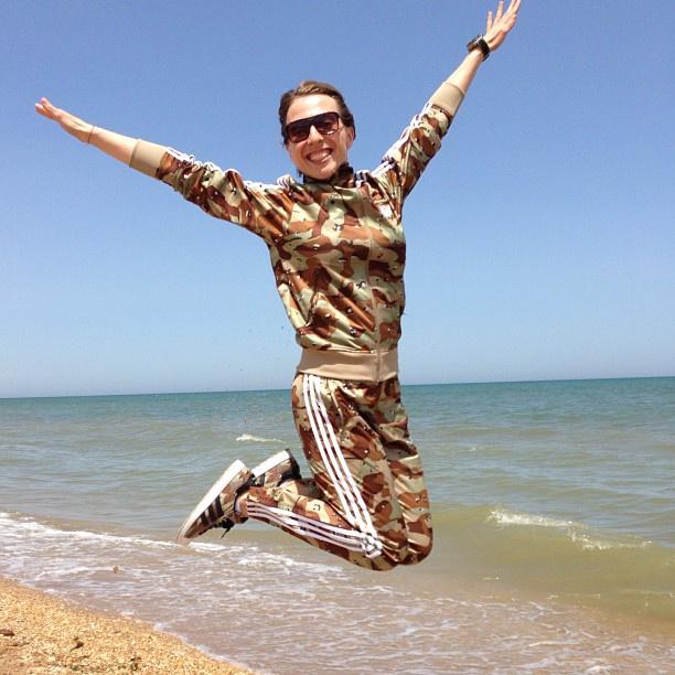Яна Чурикова в полете над Каспийским морем