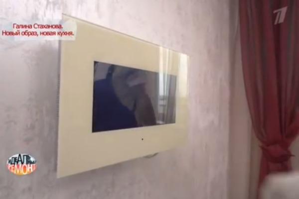 Над обеденным столом - дизайнерский телевизор в бежевой стеклянной раме