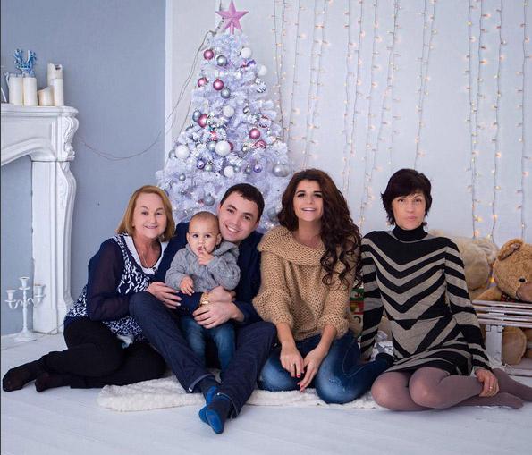 Александр и Алиана Гобозовы с сыном Робертом и мамами