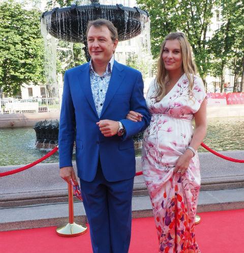 Марат Башаров и его беременная избранница Елизавета скупают гаджеты для будущего сына