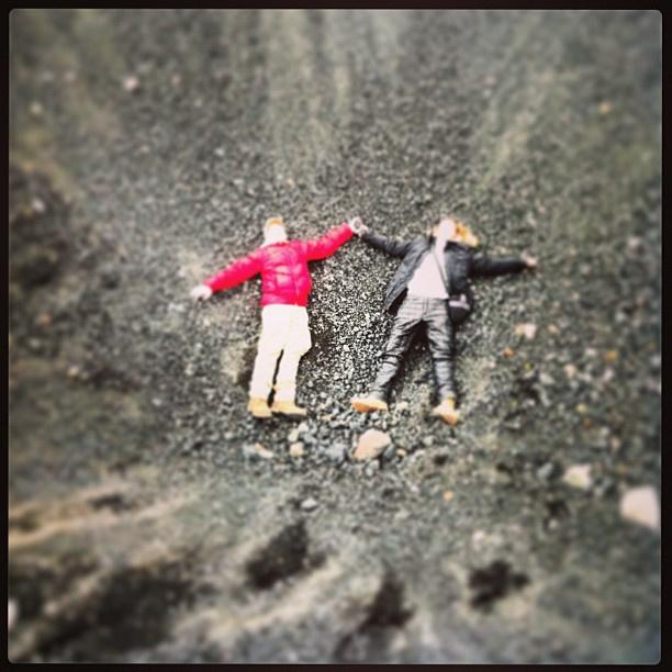 Даниил и Полина на дне кратера у подножия вулкана Эйяфьятлайокутль