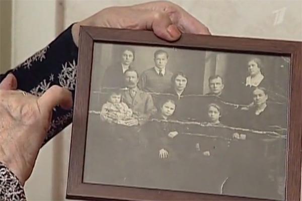 Вера Васильева показала сохранившуюся фотографию своей семьи. Будущая актриса сидит на руках у  папы (на фото слева)