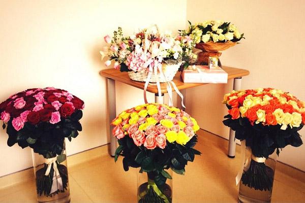 Цветы и подарки для молодой мамочки