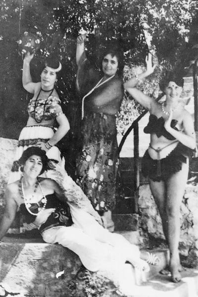 Галина Волчек (в центре) и Людмила Иванова (крайняя справа) на отдыхе в Батуми, 1950-е годы