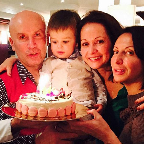 Вечером всех ждал роскошный торт. Семья с подругой Аликой Смеховой