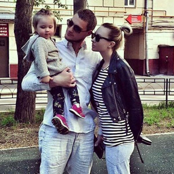 Молодые родители регулярно встречаются и проводят время с дочкой