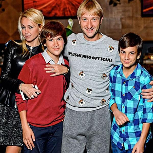 Средний сын Рудковской Коля(слева) заметно вытянулся и возмужал