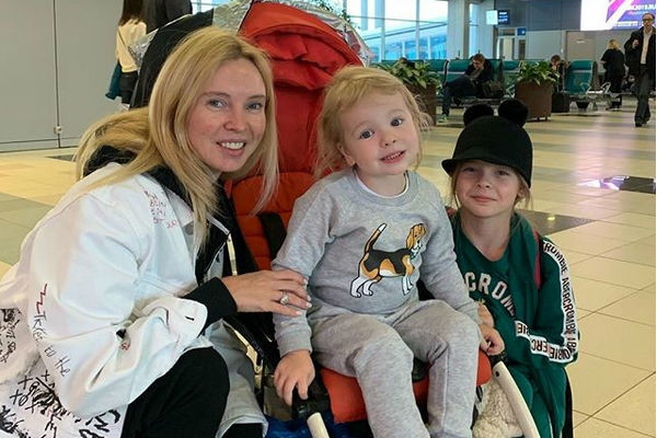 Татьяна Тотьмянина с дочерьми Лизой и Мишель