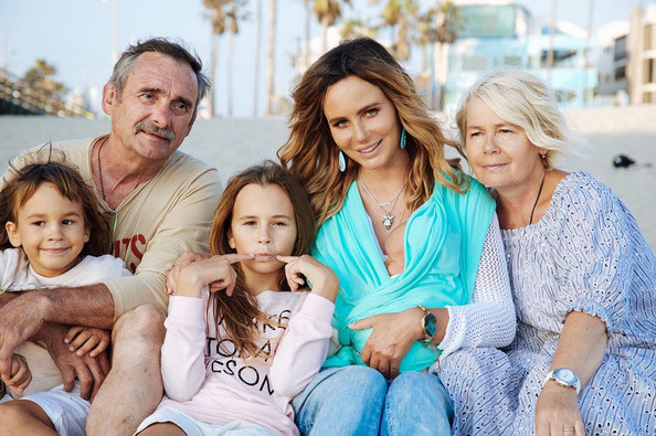 Саша с родителями и тремя детьми