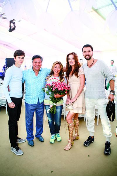 Денис Клявер с женой Ириной  познакомились с Анитой на  сцене во время совместного  выступления