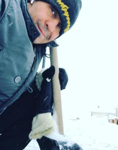 Стасу Костюшкину пришлось взять в руки лопату и расчистить двор от снега