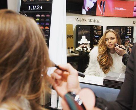 Стеше Маликовой делают макияж в магазине