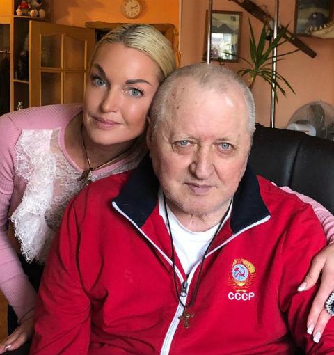 Анастасия Волочкова отправила больного отца в пансионат