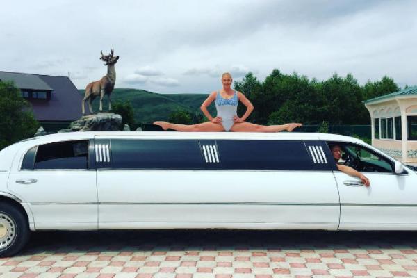 Анастасия Волочкова показала шпагат на крыше лимузина