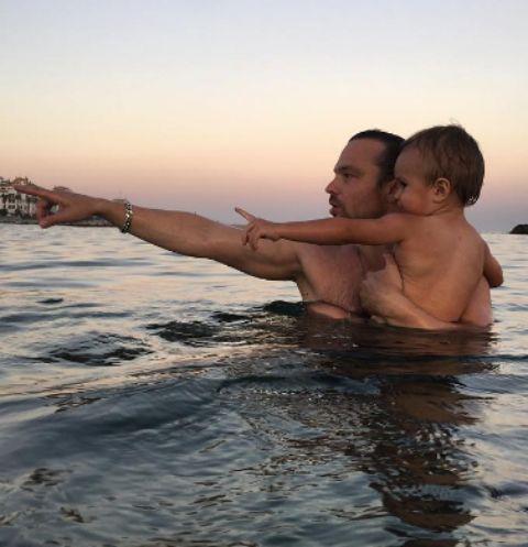Алексей Чадов учит сына плавать