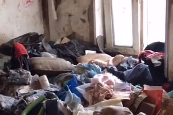 В груде мусора девочка соорудила для себя берлогу