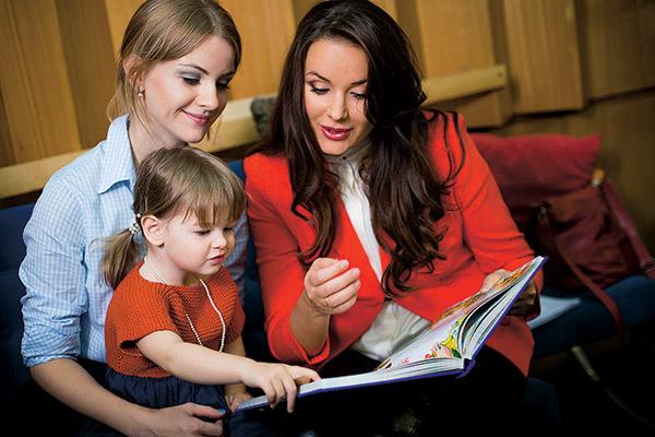 Татьяна и Тея  передали  подарок  для детей  телеведущей  –   книгу сказок