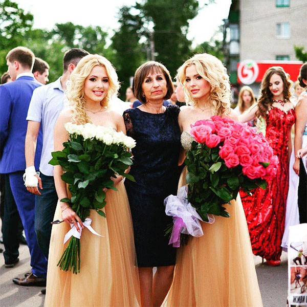 Сестры Толмачевы со своим классным руководителем