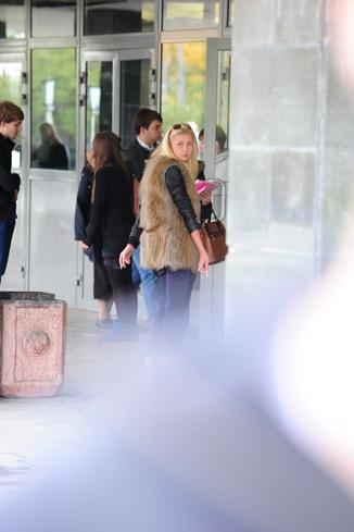 В перерывах между парами Аня выходит из учебного корпуса на перекур
