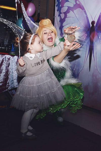 На входе гостей встречали феи в роскошных костюмах