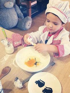 Богдан готовит тесто