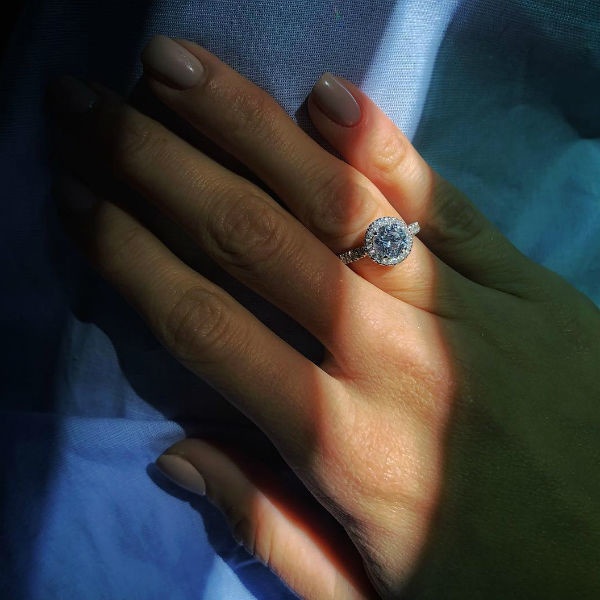 Девушка показала обручальное кольцо