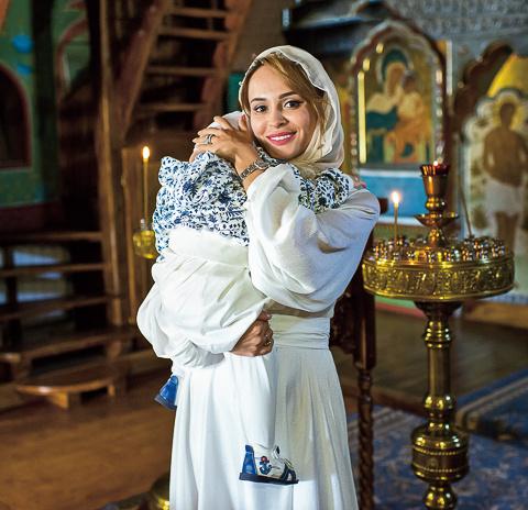 «Все для обряда - крестик, рубашку и полотенце - купила заранее вместе с мамой», - делится со «СтарХитом» Анна