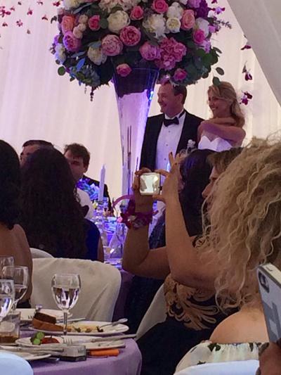 Молодожены на свадебном банкете