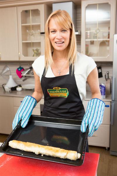 Отправляя штрудель в печку, актриса надела рукавицы. А потом доставала из них кольца