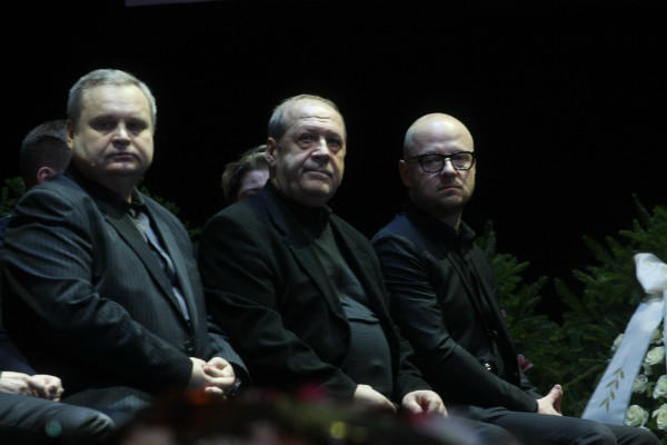 Муж Сенчиной - Владимир Андреев (в центре) - во время церемонии прощания с артисткой