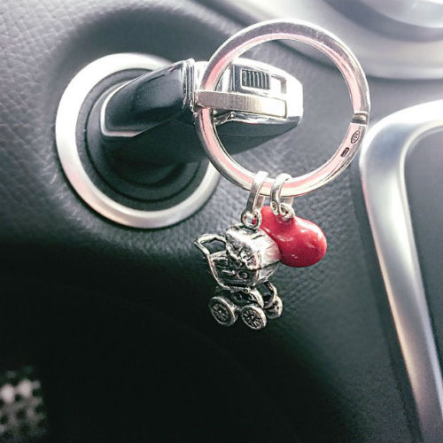 Певица выложила снимок ключей собственного авто и призвала подписчиков быть внимательнее к пешеходам