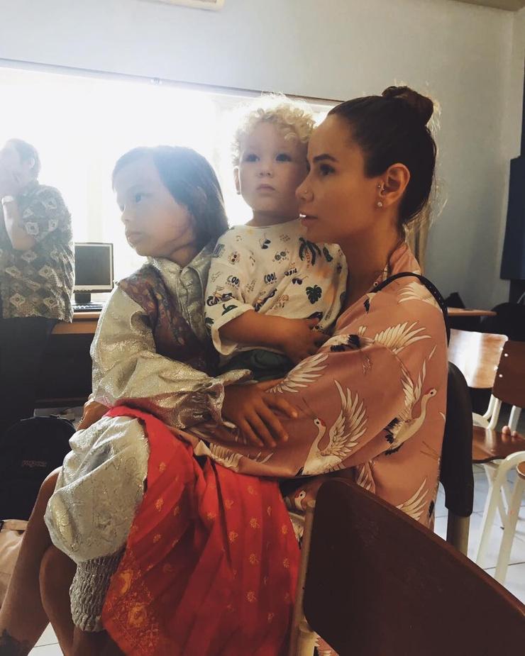 Айза с наследниками Сэмом и Элвисом