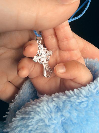 Крестная подарила Роберту серебряный крестик