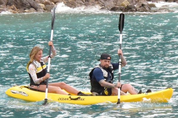 После отдыха на яхте пара отправилась на прогулку на каяках