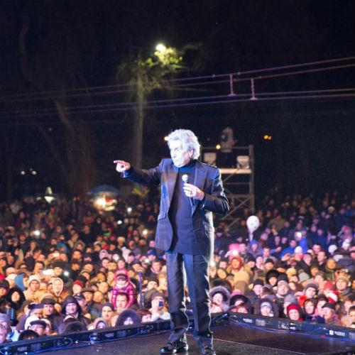 В первый день праздника  выступали иностранные артисты, среди которых был и Тото Кутуньо. Во второй на сцену вышли российские суперстар