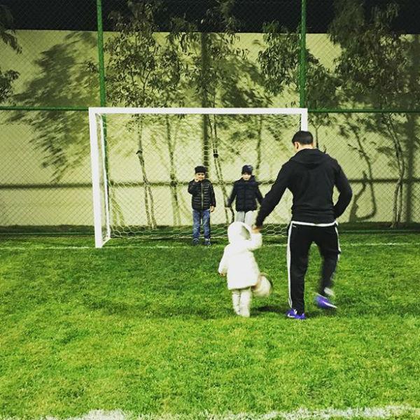 Старшие братья учат девочку играть в футбол