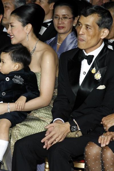 Маха Вачиралонгкорн с супругой и младшим наследником Дипангон