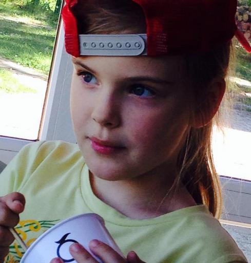 Евгения Абдулова, дочь именитого артиста, покоряет YouTube