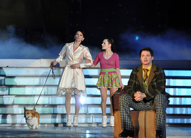 Мария Орлова (слева) с Марией Петровой и Алексеем Тихоновым в шоу «Огни большого города»