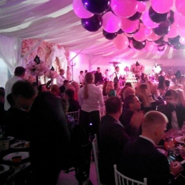 Гости прекрасно проводят вечер на свадьбе