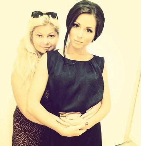 Нюша вместе со своей мамой