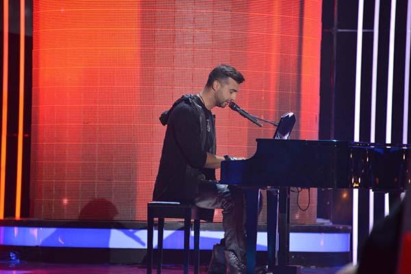 Иван аккомпанировал себе на рояле