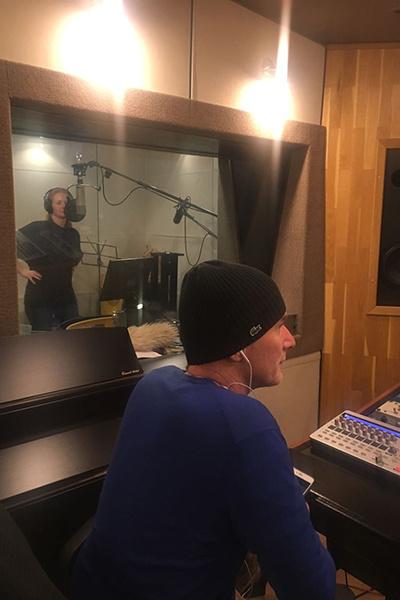 Лена Катина в студии звукозаписи вместе с Иваном Шаповаловым