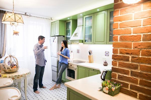 В интерьер кухни отлично вписались четыре декоративные плитки, привезенные парой из Испании