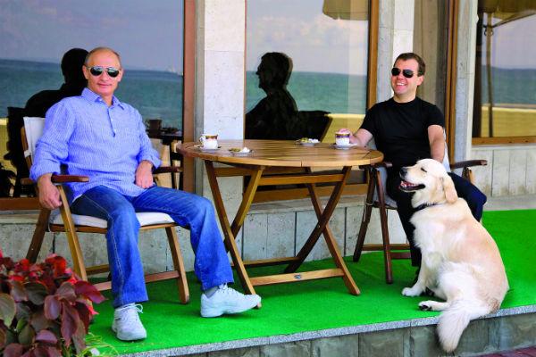 Владимир Путин и Дмитрий Медведев любят породистых собак. Фото 2010 года
